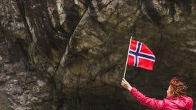 Turystyczna kobieta z norweg flagą w skał górach obraz stock