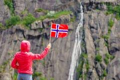 Turystyczna kobieta z norweg flag? w ska? g?rach zdjęcie stock