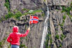 Turystyczna kobieta z norweg flag? w ska? g?rach obrazy royalty free
