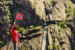 Turystyczna kobieta z norweg flag? w ska? g?rach fotografia royalty free