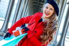 Turystyczna kobieta z torba na zakupy i Bożenarodzeniowa teraźniejszość boksujemy Fotografia Stock