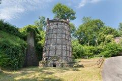 Turystyczna marszruta na Jeziornym Maggiore, Włochy Jeden starzy wapno kilns, przykład przemysłowa archeologia blisko miasteczka  obrazy royalty free