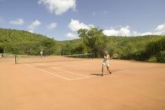Turystyczna para cieszy się grę plenerowy tenis przy Lewa Zestrzela w Północnym Kenja, Afryka Turystyka brał znaczącego skok forw Zdjęcia Royalty Free