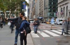 Turystyczna para Strzela Selfie w Miasto Nowy Jork Manhattan Bierze Selfie fotografii środek miasta NYC obrazki zdjęcia stock