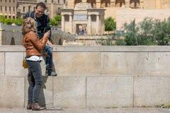 Turystyczna para w cordobie przed most bramą meczetem i fotografia stock