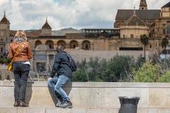 Turystyczna para w cordobie przed most bram? meczetem i zdjęcie stock