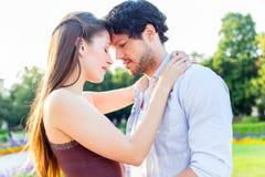 Turystyczna para w miasto parka przytuleniu w miłości zdjęcia stock