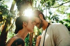 Turystyczna para w romantycznym nastroju outdoors na wakacje zdjęcie royalty free