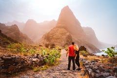 Turystyczna para wycieczkuje od Cruzina Ponta w Aranhas dolinie robi zolowi Ogromne góry linia brzegowa i stary miejscowego kamie Obraz Stock