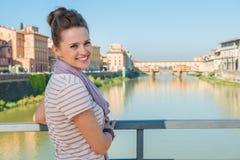 Turystyczna pozycja na bridżowym przegapia Ponte Vecchio Obraz Stock