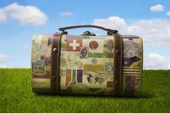 Turystyczna retro walizka dla podróżować zdjęcie stock
