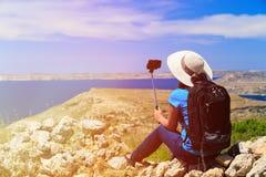 Turystyczna robi selfie fotografia z kijem wewnątrz Zdjęcia Stock
