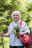 Turystyczna Starsza kobieta z bukietem kwiaty w górze Zdjęcia Stock