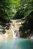 Turystyczna trasa wzdłuż Kuago rzeki - jeden spadać kaskadą siklawy Fotografia Stock