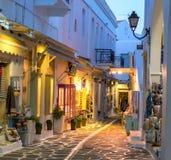 Turystyczna wąska ulica z pamiątka sklepami w wieczór Zdjęcia Stock