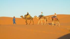 Turystyczna wielbłądzia karawana w Afryka piaska pustyni diunach Obrazy Royalty Free