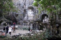 Turystyczna wizyty rzeźba śmia się Buddha w Lingyin świątyni w Han obrazy royalty free