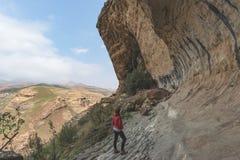 Turystyczna wspinaczkowa faleza w golden gate średniogórzach parki narodowi, Południowa Afryka Przygoda i eksploracja w Afryka fotografia royalty free