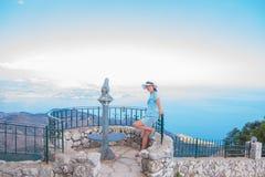Turystyczna zwiedzająca moneta działał teleskop na falezach używać dla przyglądającego out w morze turystyczny teleskop i kobieta Zdjęcie Royalty Free
