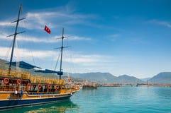 Turystyczne łodzie na dennym wybrzeżu. Fotografia Royalty Free