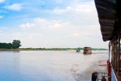 Turystyczne łodzie na Irrawaddy rzece, Mandalay, Myanmar, Birma Odbitkowa przestrzeń dla teksta obrazy royalty free