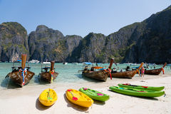 Turystyczne łodzie na sławnym na Phi Phi Leh wyspie Zdjęcia Royalty Free