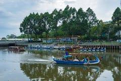 Turystyczne łodzie parkuje przy nabrzeżem przy śródmieściem Saigon obraz royalty free
