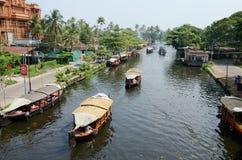 Turystyczne łodzie przy Kerala stojącymi wodami, Alappuzha, Kerala, India obraz stock