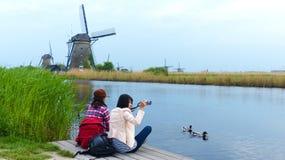 Turystyczne dziewczyny przy Kinderdijk Fotografia Stock