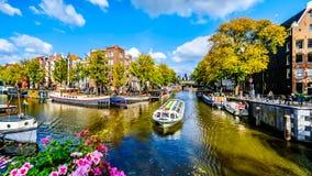 Turystyczne Kanałowe łodzie w Brouwersgracht kanale w Amsterdam Holandia zdjęcie stock