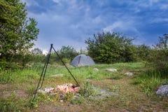Turystyczne namiotu i zmroku burzy chmury przed burzą obraz stock
