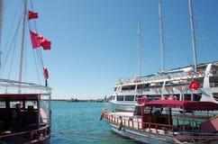 Turystyczne łodzie w Alanya zatoce Zdjęcia Stock