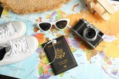 Turystyczne rzeczy na światowej mapie nad widok, Podróż obraz stock