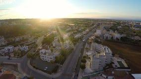 Turystycznego autobusu jeżdżenie wzdłuż miejscowości wypoczynkowej drogi, widok z lotu ptaka miasto ulica w Cypr zdjęcie wideo
