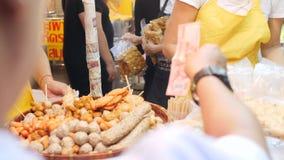 Turystycznego kupienia Uliczny jedzenie w ChinaTown Bangkok, Tajlandia - 23 2017 DEC 4K zbiory wideo
