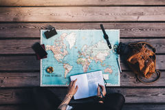 Turystycznego planowania wycieczka turysyczna używać światową mapę Zdjęcia Stock