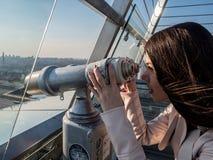 Turystycznego spojrzenia lornetek przestrzegający teleskop na panoramicznym widoku Zdjęcia Royalty Free