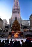 Turystyczni boże narodzenia w nowym York, Rockefeller Centrum Wakacyjnym drzewie - fotografia royalty free