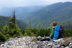 Turystyczni dziewczyn spojrzenia przy pięknymi górami podróże Turystyka Ukraina carpathians Fotografia Royalty Free