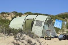 Turystyczni falcowanie namioty wśród nabrzeżnej roślinności Namiot jest trybem zdjęcia stock