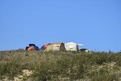 Turystyczni falcowanie namioty wśród nabrzeżnej roślinności Namiot jest trybem obraz royalty free