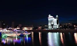 Turystyczni jachty na Moskwa rzece przy nocą Fotografia Royalty Free