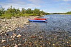 Turystyczni kajaki przy otoczaków brzeg rzeki Obraz Stock