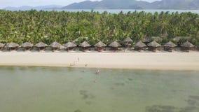Turystyczni ludzie przy luksusowym latem wyrzucać na brzeg na tropikalnym wyspy widok z lotu ptaka Morze plaża z turystyczny odpo zbiory
