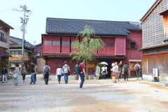 Turystyczni ludzie zwiedzającego historycznego gejsza okręgu, Kanazawa, Japonia Zdjęcia Royalty Free