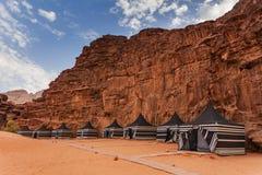 Turystyczni namioty w wadiego rumu deserze obraz stock