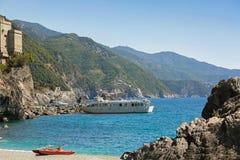 Turystyczni pasażery dostaje daleko promu statek przy Monterosso al klaczem, Obraz Royalty Free