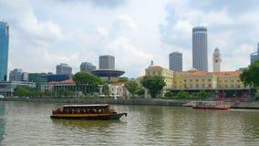 Turystyczni statków żagle Singapur rzeką od Marina Trzymać na dystans Obrazy Stock