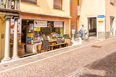 Turystyczni uliczni delikatesy robią zakupy z tradycyjnymi Włoskimi produktami w Cividale Del Friuli, Włochy Obraz Stock