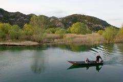 Turystyczny łódkowaty unosić się na jeziornym Skadar w Virpazar, Montenegro Fotografia Stock